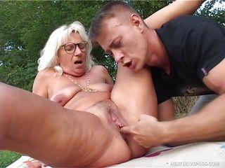 Порно бабушки на природе